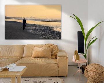 Einsamer Wanderer am Strand von Mieneke Andeweg-van Rijn