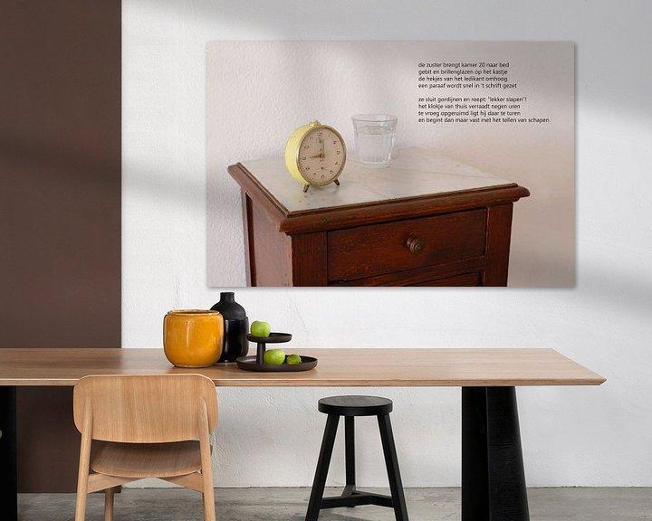 Sfeerimpressie: nachtkastje met wekker van Bargo Kunst