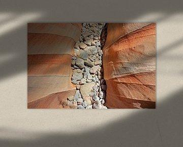 Kiezelstenen tussen de rotsen van Antwan Janssen