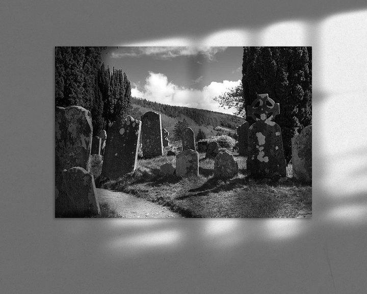 Sfeerimpressie: Grafstenen in de zon I van Peter Schütte