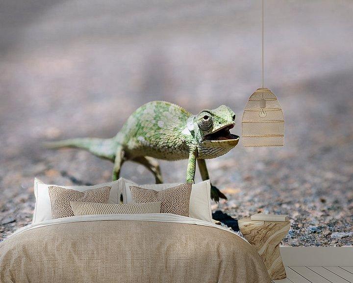 Sfeerimpressie behang: Een Kameleon steekt de straat over van Evert Jan Luchies