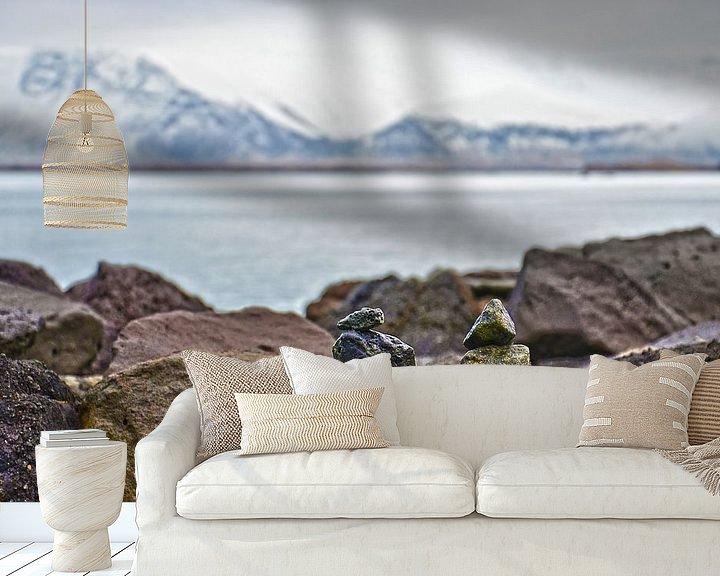 Sfeerimpressie behang: Steenmannetjes bij de Saebraut in Reykjavik, IJsland van Frans Blok