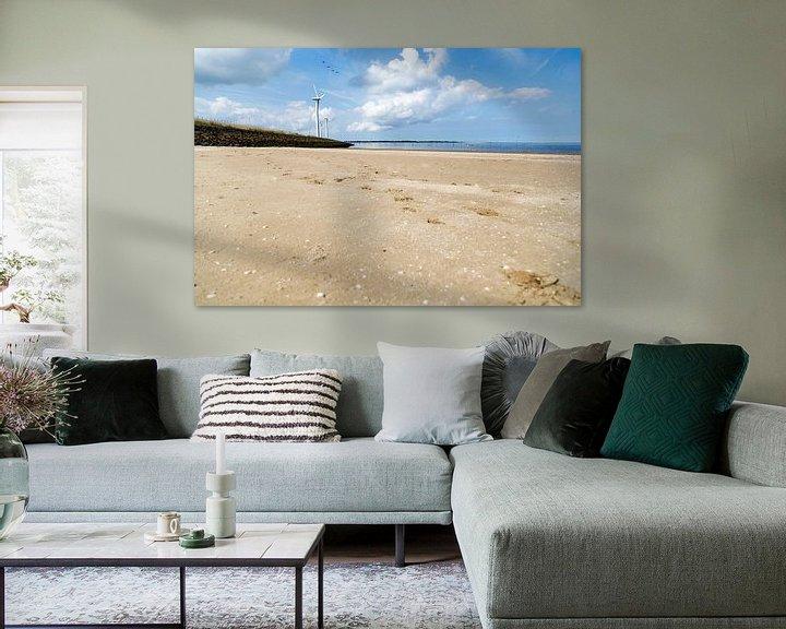 Sfeerimpressie: Het strand op een mooie, zomerse dag van Miranda van Hulst