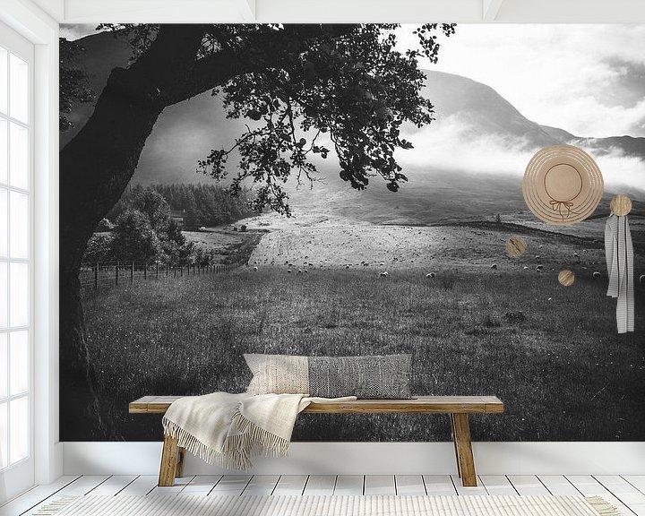 Sfeerimpressie behang: Schapen aan de voet van Ben Nevis van Jasper van der Meij