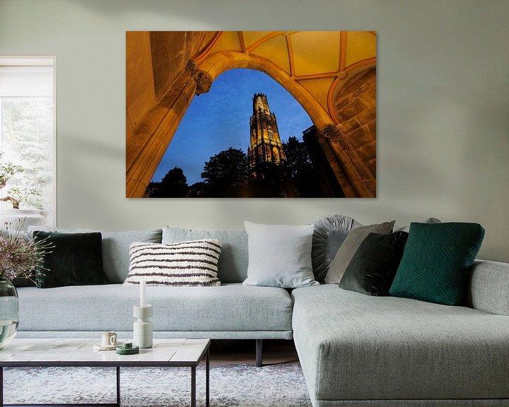 Sfeerimpressie: Domtoren in Utrecht gezien vanuit toegangspoort naar pandhof Domkerk van Donker Utrecht