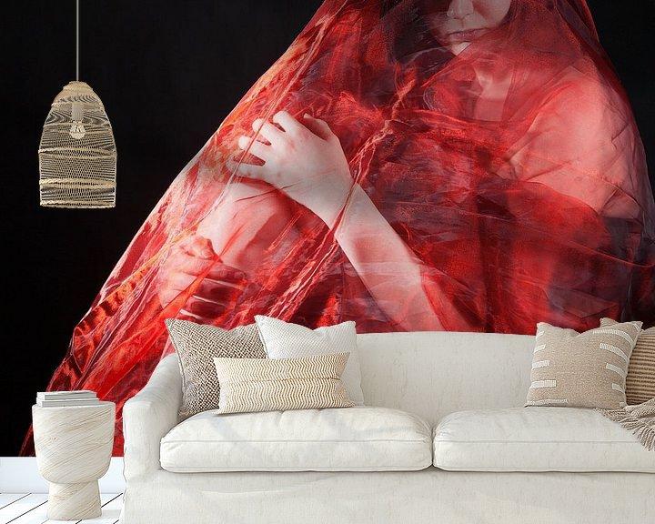 Sfeerimpressie behang: Woman in red van Han de Bruin