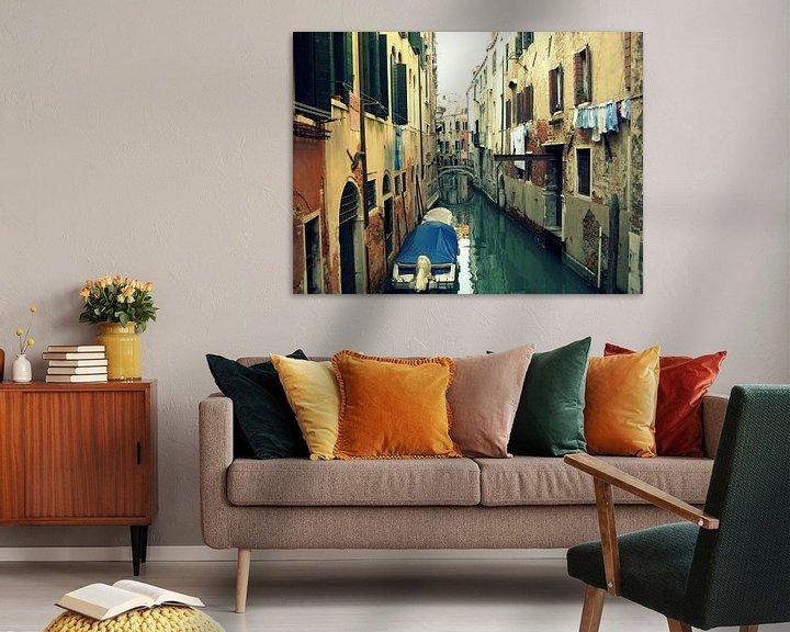 Sfeerimpressie: Venetië. Was drogen boven het kanaal.  van Mr and Mrs Quirynen
