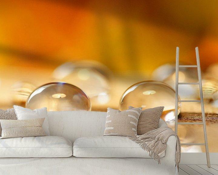 Sfeerimpressie behang: Honey drops van Carla Mesken-Dijkhoff