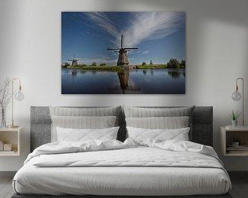 Beroemde Nederlandse houten windmolens in Kinderdijk Holland. Zonnige zomeravond op het platteland.  van Tjeerd Kruse