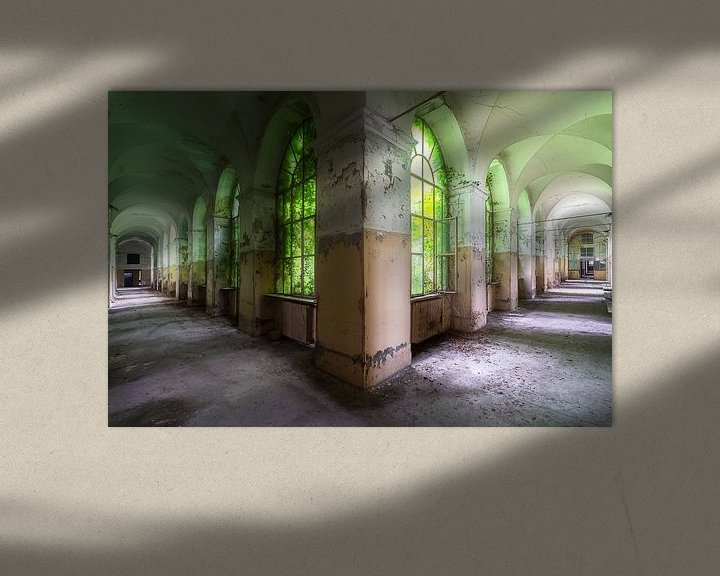 Sfeerimpressie: Gangenstelsel Italiaans Ziekenhuis. van Roman Robroek