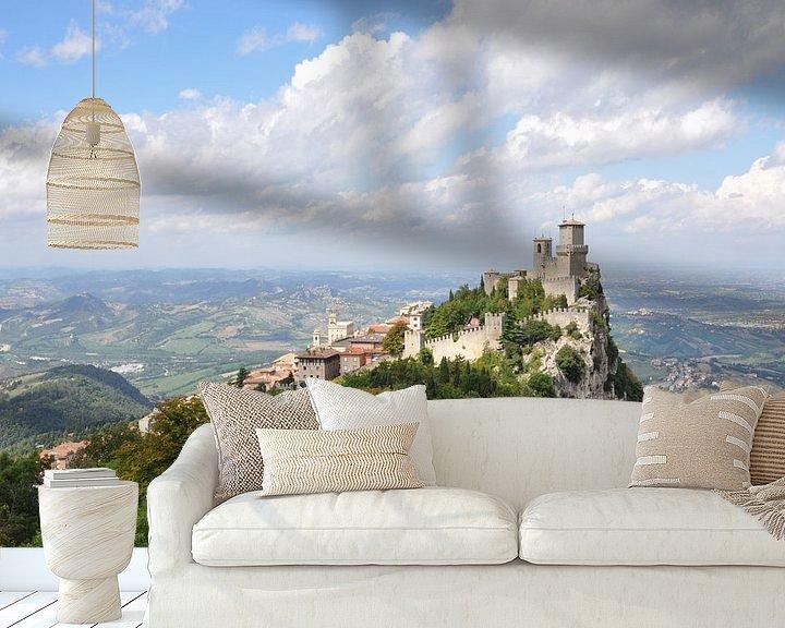 Sfeerimpressie behang: De torens en het uitzicht van San Marino van Martin Van der Pluym