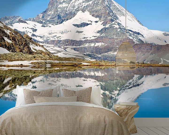 Sfeerimpressie behang: Spiegeling Matterhorn van Anton de Zeeuw