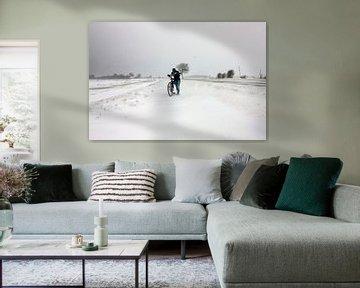 Meisje met fiets in sneeuwstorm in Zeeland sur Wout Kok