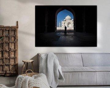 Vrouw in schaduw voor de Tai Mahal in Agra India van Wout Kok