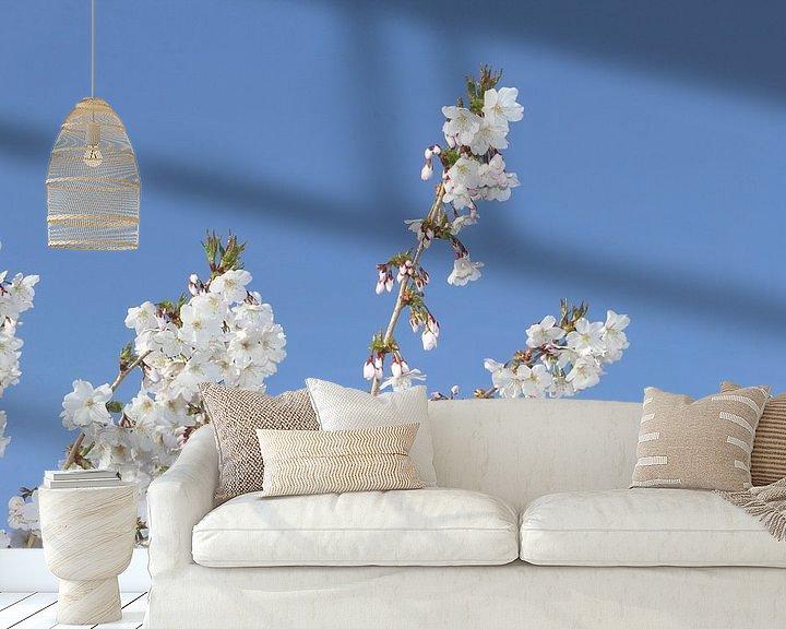 Sfeerimpressie behang: Japanse bloesem van Inge Hogenbijl