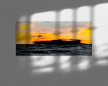 Schip doorkruist zonsondergang, grafische versie, Zoutelande afbeelding boot van Ad Huijben