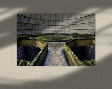 Powerplant IM - Midden van verlaten koeltoren in Belgie von Steven Dijkshoorn
