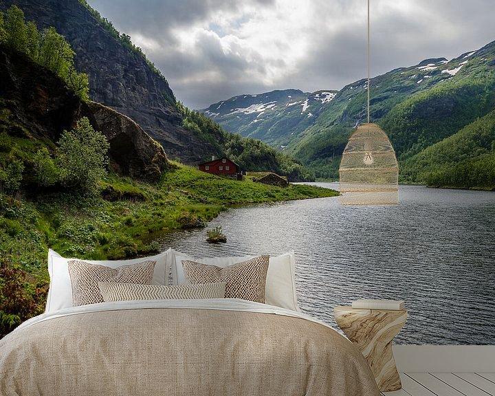 Sfeerimpressie behang: Rode huis in de Noorse bergen van Ricardo Bouman