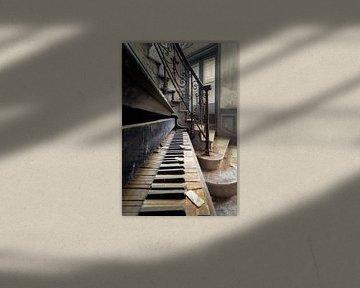 Detail eines verlassenen Klaviers. von Roman Robroek