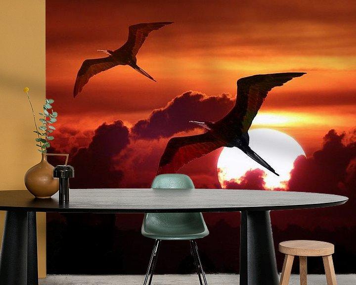 Sfeerimpressie behang: Fregat vogels tegen ondergaande zon van Loraine van der Sande