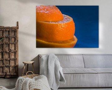 Sinaasappel op blauw.