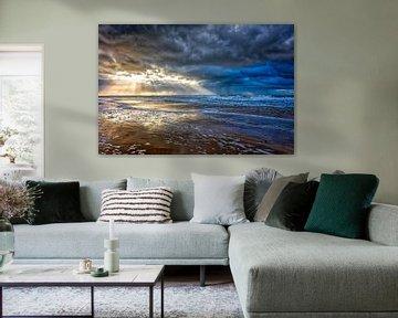 Zonnestralen en donkere wolken boven de Noordzee van eric van der eijk