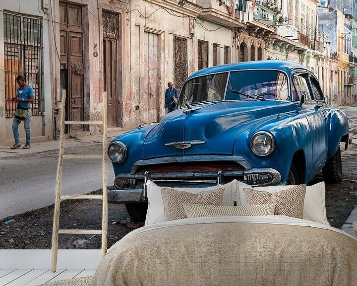 Sfeerimpressie behang: Blauwe klassieker in Centro Havana van Theo Molenaar