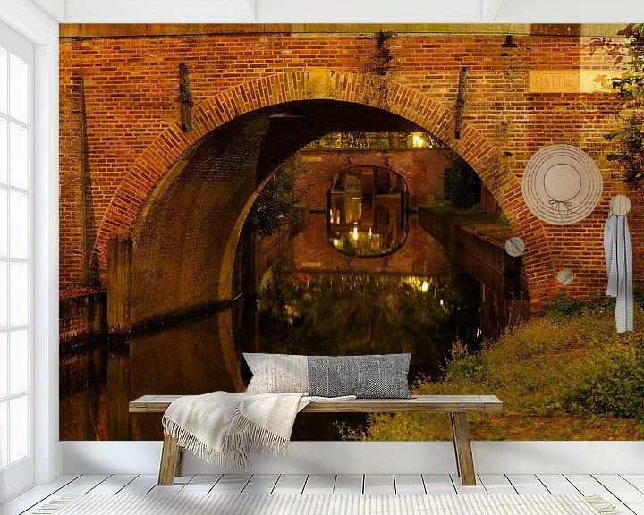 Sfeerimpressie behang: Doorkijkje onder Paulusbrug over Nieuwegracht in Utrecht van Donker Utrecht