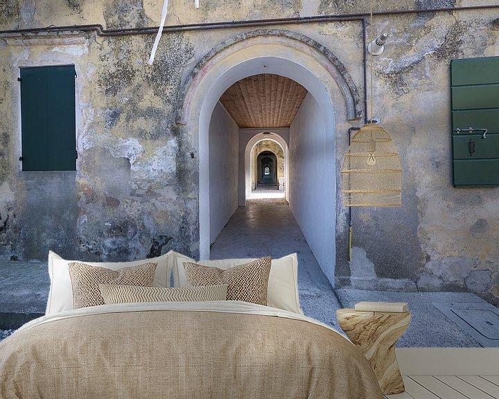 Beispiel fototapete: Oneindige gang in een oud gebouw Italië von Karin School-van Leur