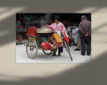 Kochen auf  Lieferdreirad, China. von Inge Hogenbijl