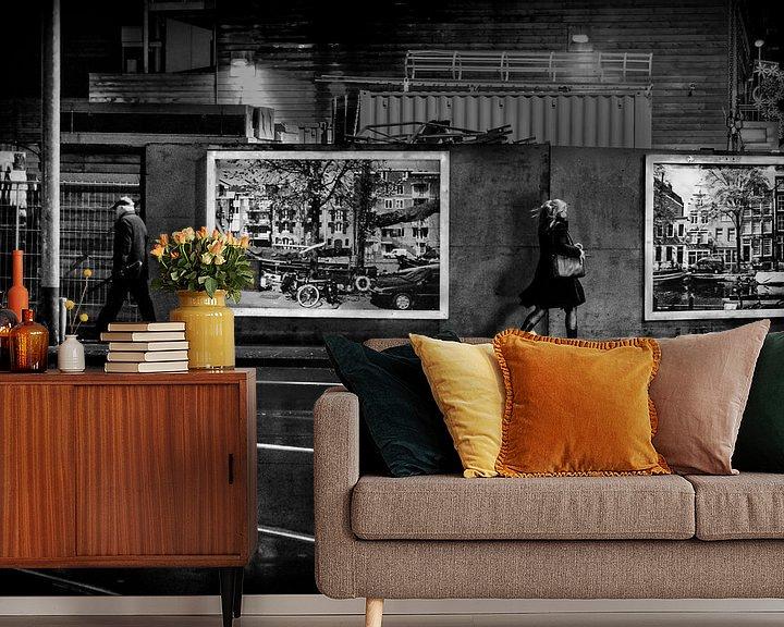 """Sfeerimpressie behang: Avond Straatbeeld Ferdinand Bolstraat Amsterdam """"Sidewalk"""" van Ipo Reinhold"""