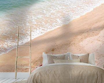 Zand in bootje op strand van Inge Hogenbijl