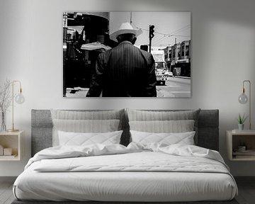Oudere man met een opvallende witte cowboy hoed. von Joris Louwes