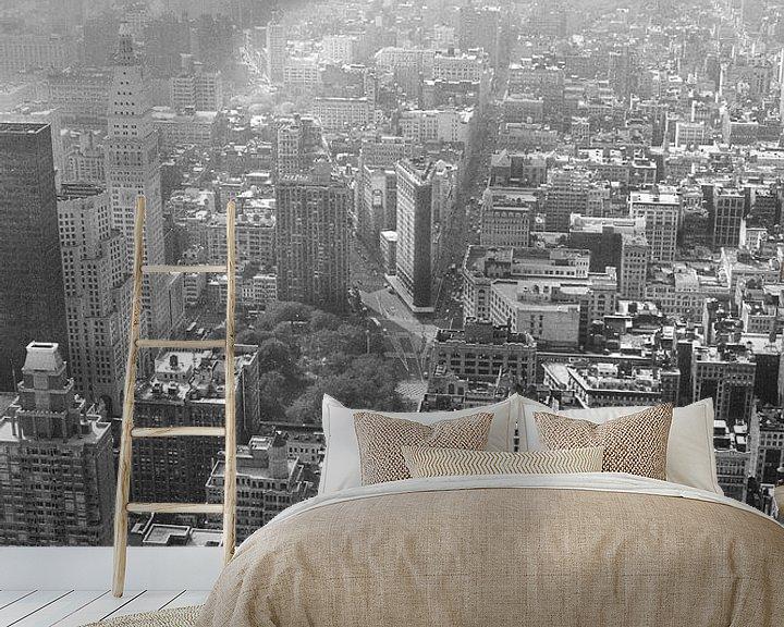Sfeerimpressie behang: Manhattan gezien van Empire State Building zwart-wit van David Berkhoff