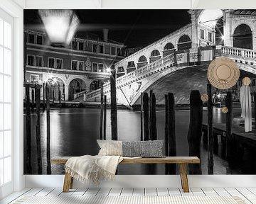 VENICE Rialto Bridge at Night in black and white van Melanie Viola