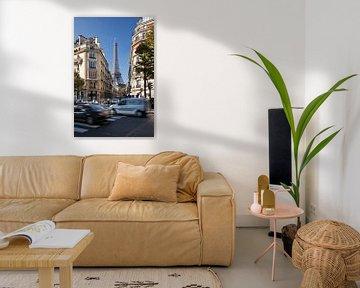Straatbeeld van de eiffeltoren in Parijs. van Arie Storm