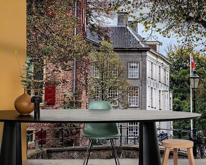 Sfeerimpressie behang: Korte gracht historisch Amersfoort van Watze D. de Haan