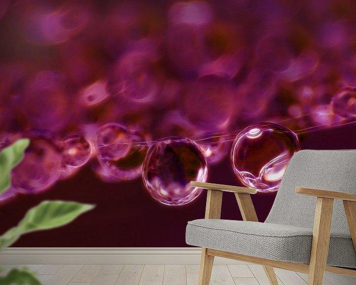 Sfeerimpressie behang: Purple Rain (Druppels in Donkerrood) van Caroline Lichthart
