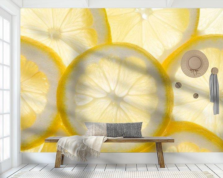 Sfeerimpressie behang: Enkele schijfjes citroen, van achteren belicht  van BeeldigBeeld Food & Lifestyle