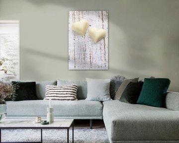 Twee witte chocolade harten op houten ondergrond van BeeldigBeeld Food & Lifestyle