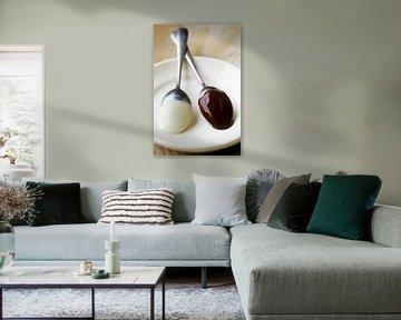 Witte en donkere chocolade couverture op lepels van BeeldigBeeld Food & Lifestyle