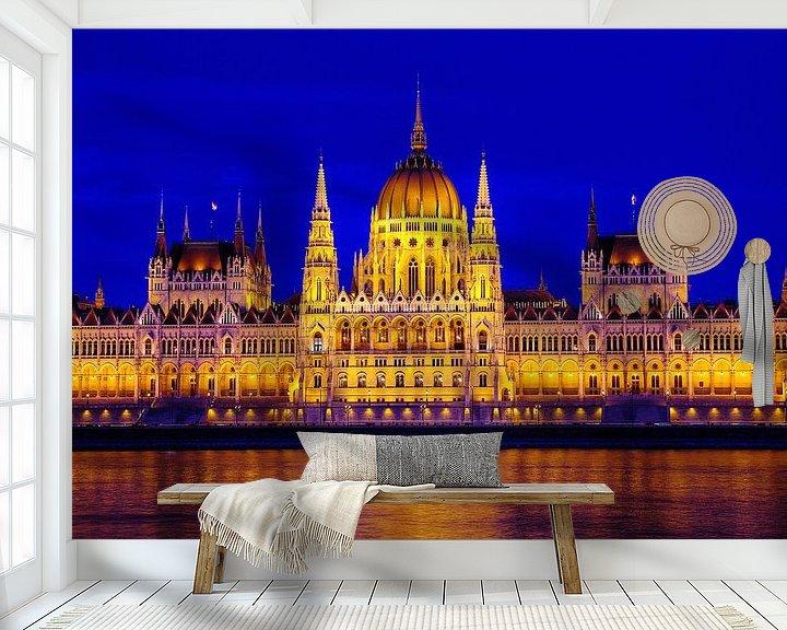 Impression: Hongaars Parlementsgebouw bij het vallen van de avond sur Mike Bing