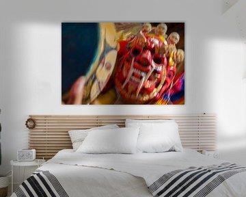 Dynamische weergave van rood masker tijdens dansfestival in Bhutan sur Wout Kok