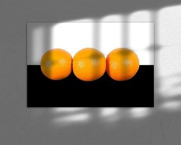 Sinaasappels op wit zwarte achtergrond van Michar Peppenster
