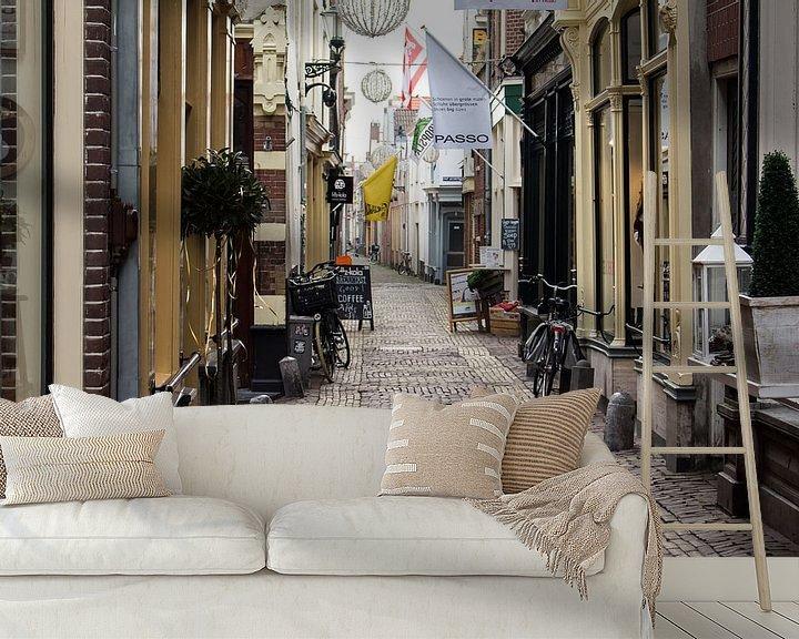 Sfeerimpressie behang: Winkelstraatje in oud Alkmaar van Jaap Mulder