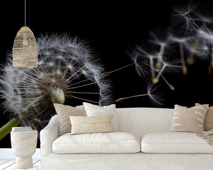 Sfeerimpressie behang: uitgebloeide paardebloem in de wind van Eddie Meijer