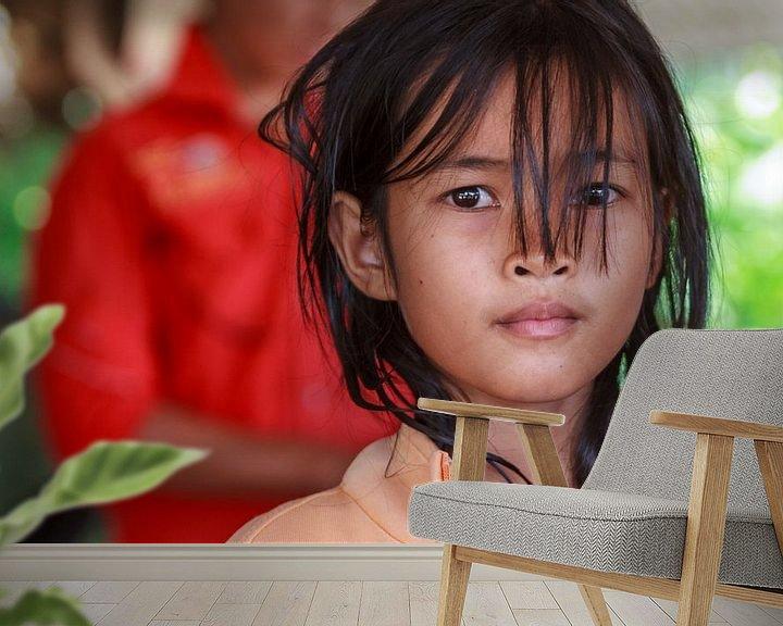 Sfeerimpressie behang: Cambodjaans meisje kijkt in lens van Eddie Meijer