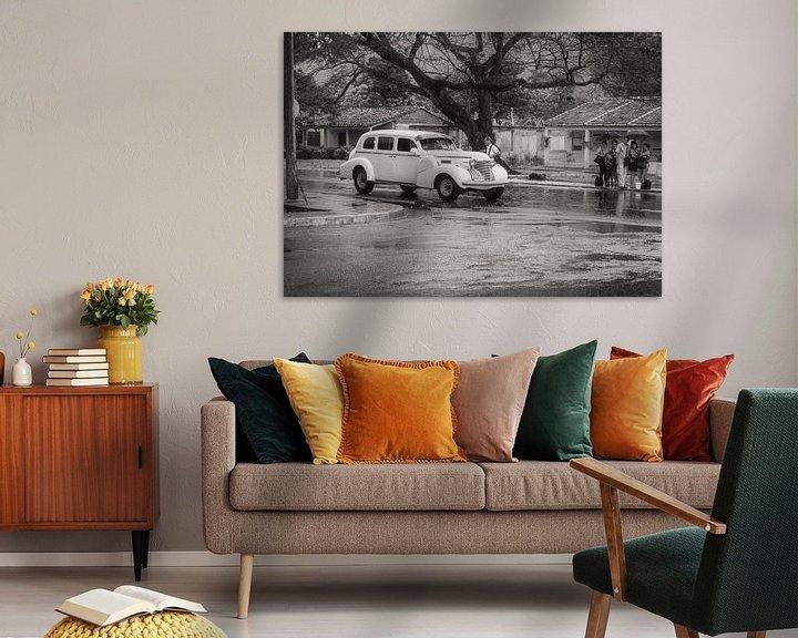 Beispiel: Liften in regenachtig Havana, witte oldtimer von Eddie Meijer