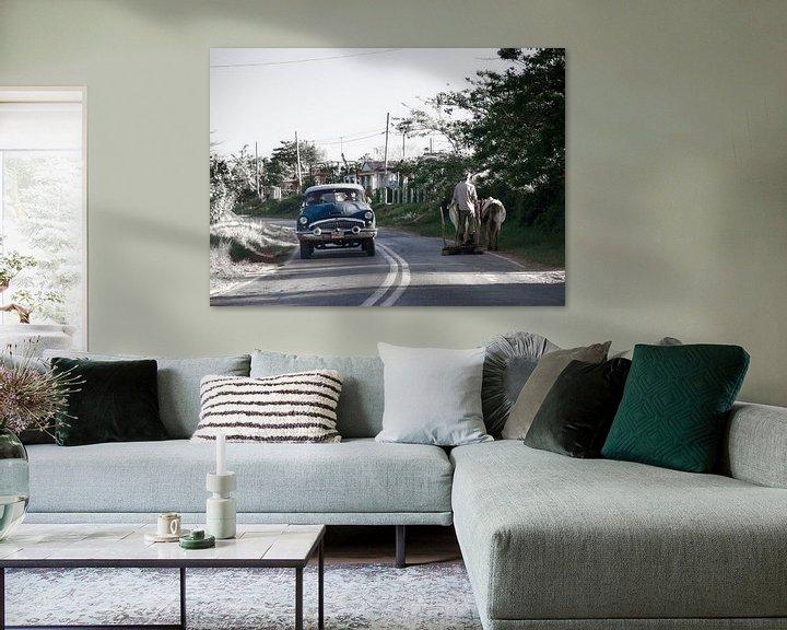 Sfeerimpressie: Onderweg, oldtimer en man met ploeg en rund delen het asfalt van Eddie Meijer