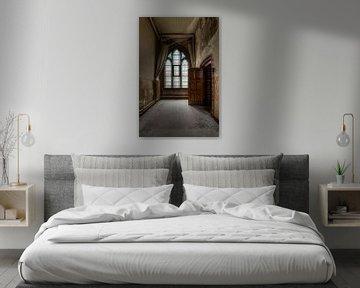 Diepte perpectief in een gang van een verlaten en vervallen klooster